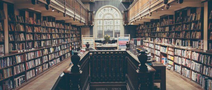 Biblioteca con sillones… que persiguen a los lectores