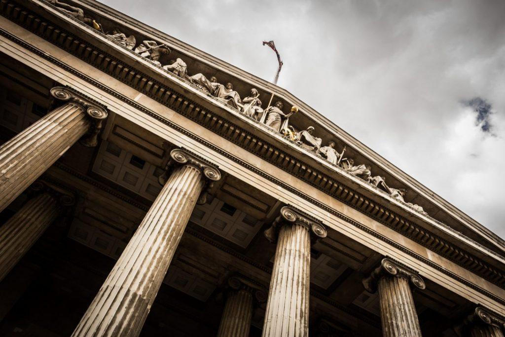 Entrada a un juzgado con arquitectura clásica visto desde abajo