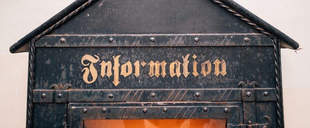 Frontal de una caseta con letrero de Información