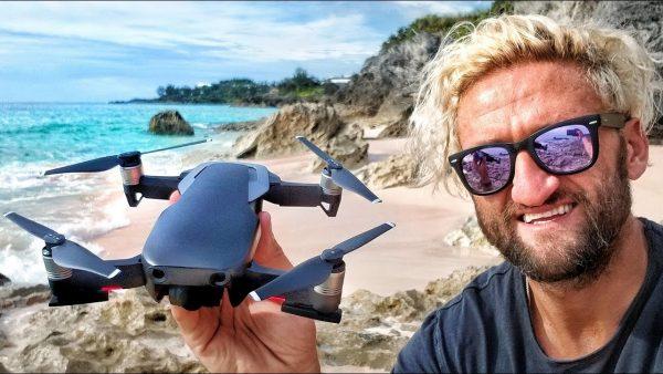 Casey Neistat sujetando el Mavic Air en una playa